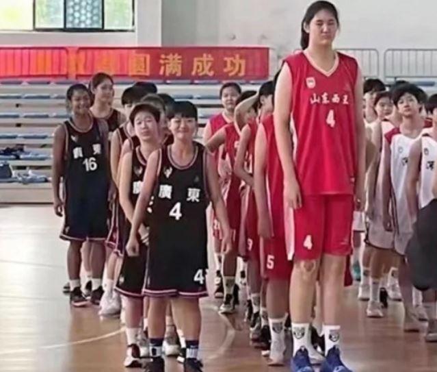 14 வயதில் Zhang Ziyu 2.26 மீட்டர் உயரம், புதிய Yao Ming?